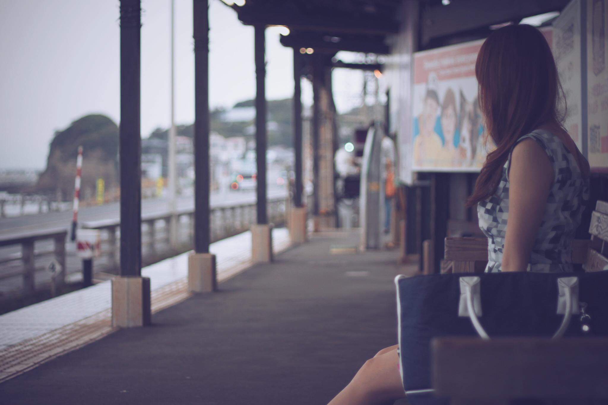電車 故郷を離れる女