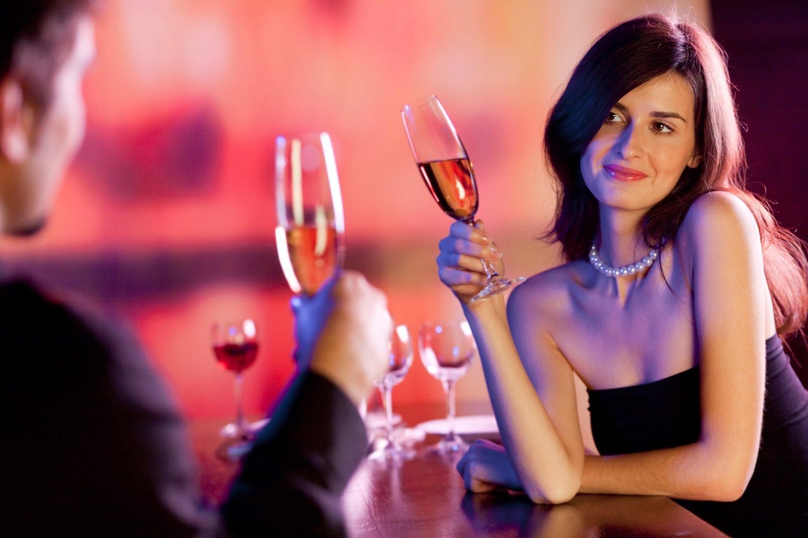 酒を楽しむ男女