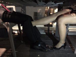 足が触れる女3