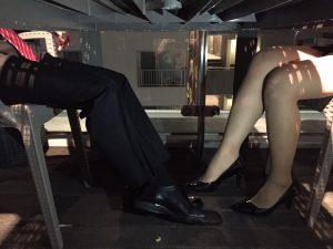 足が触れる女1