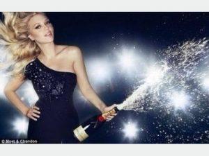 シャンパンをあける女