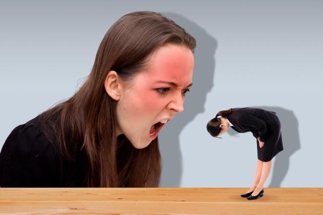 恐喝する女