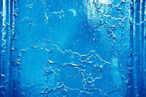 青いペンキの壁