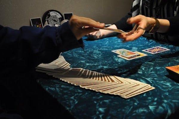 麻月ミライ カード渡す