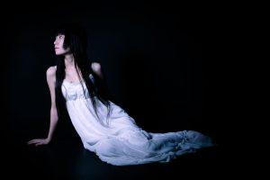 暗闇で横たわる女性