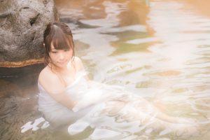 お湯に浸かる女性