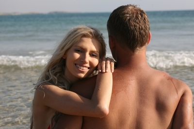 ビーチによって全裸・トップレスなどルール