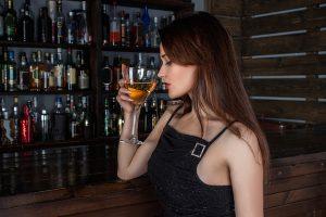 バーで飲む女