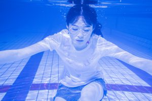 水中に潜る女性