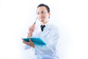 カルテを持つ医師