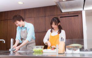キッチンで料理をする若い夫婦