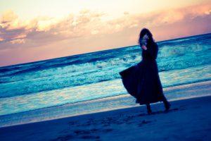 浜辺にいる女性