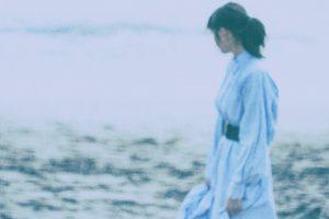 海辺を歩く彼女