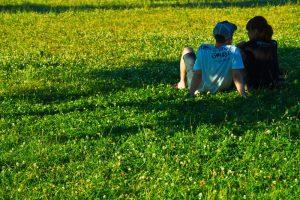 芝生に座るカップル