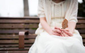 枯れ葉とベンチ