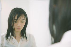 ずぶ濡れの女性