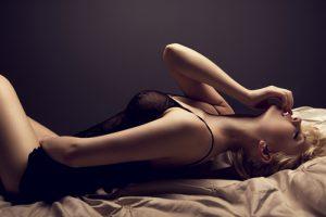 ベッドの上で感じる女性