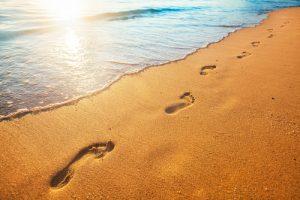 砂浜についた足跡