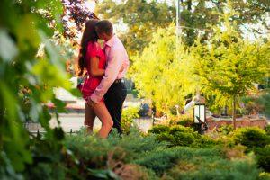 野外でキスをする男女
