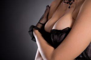 胸を強調する女性