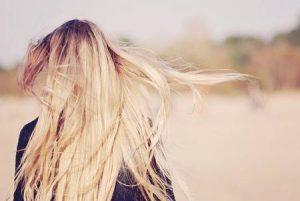 44369476-動きの美しい金髪ロング-ストレート毛で若い女性の背面図