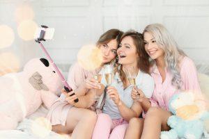 femmes-adultes-droles-ayant-soiree-pyjama_144627-36887